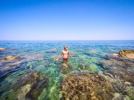 青少年準備在海上游泳 - 夏季 - 西西里島地中海