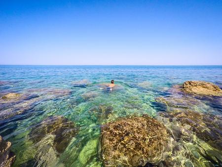 青少年在海上游泳 - 夏季 - 西西里島地中海 版權商用圖片