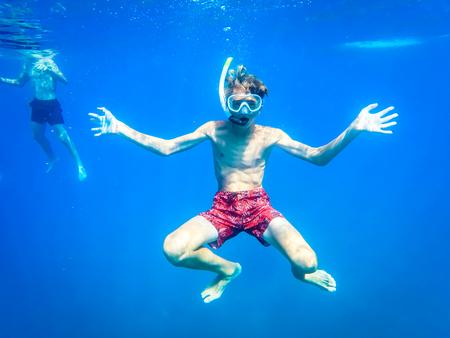 少年在海洋中玩樂 - 夏季 - 西西里島地中海 版權商用圖片