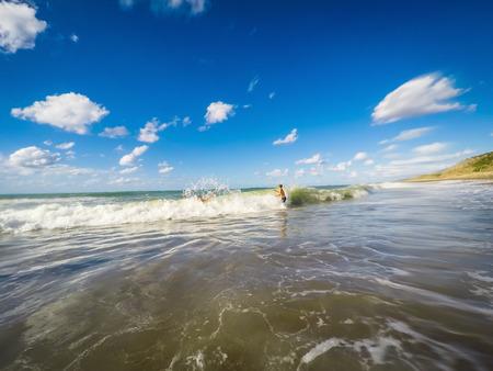 青少年在海浪中玩樂 - 夏季 - 西西里島地中海 版權商用圖片