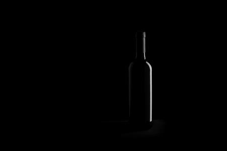 黑色背景上的酒瓶 - 黑白照片