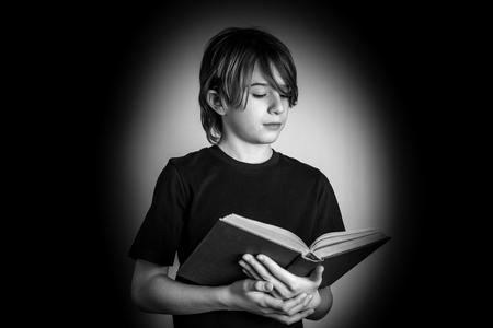 Young reader - black and white photo 版權商用圖片