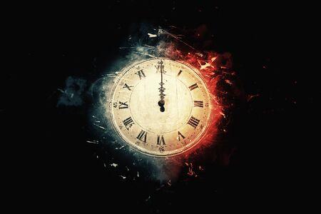 vieille horloge sur fond noir à minuit