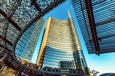 Mailand, ITALIEN - CIRCA FEBRUAR 2020: Mailand Italien, Bezirk Porta Garibaldi. Gae Aulenti-Platz. Unicredit-Turm.