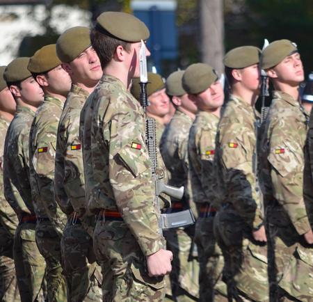 batallón: Tropas del Royal Anglian Regiment en desfile apósito a la derecha.