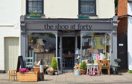 frente de la tienda de la tienda en la que vende Cuarenta retro y productos de la vendimia con la acción exterior en el pavimento. Editorial