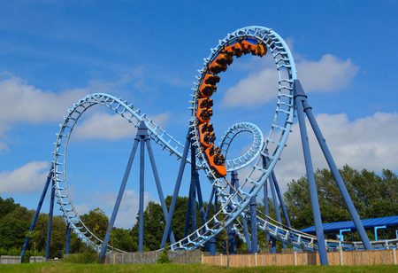 CORTON, SUFFOLK, ENGLAND - AUGUST 16, 2016: Roller coaster  ride filled  with thrill seekers 新聞圖片