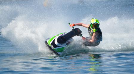 Jet Ski-concurrent in bochten met hoge snelheid en veel spray. Stockfoto