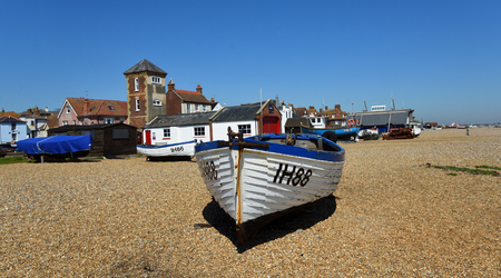 ALDEBURGH, SUFFOLK, ENGLAND - 05. MAI 2018: Aldeburgh Strand mit Booten und alten Rettungsbootstation mit Turm. Editorial