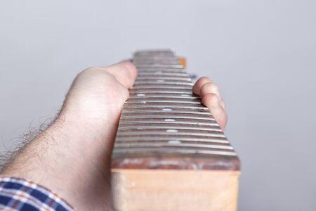 defecto diapasón de guitarra eléctrica en manos de un maestro Foto de archivo