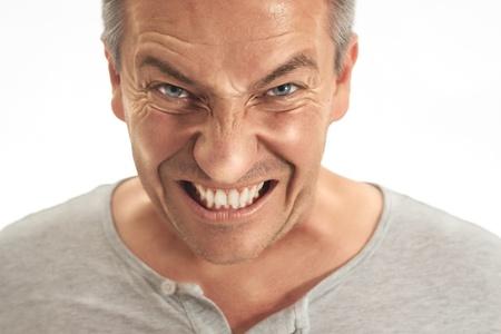 enojo: Un hombre adulto de mediana edad est� muy enojado por algo. Fletching Picture dientes es rebajado y hecho en el effekt dragan Foto de archivo