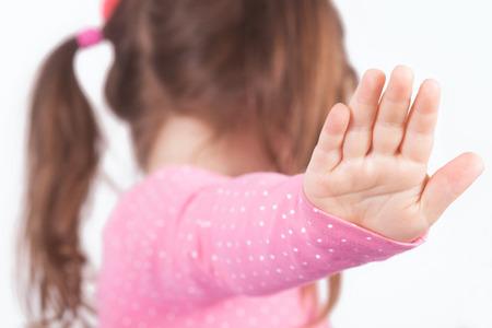 personne en colere: Une fille avec queue de cheval dire parler � ma main. Fond flou