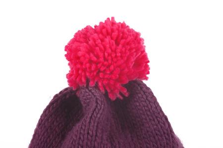 insolación: Sombrero rojo Bobble aislado en blanco. Gorro de lana marrón con una borla roja.