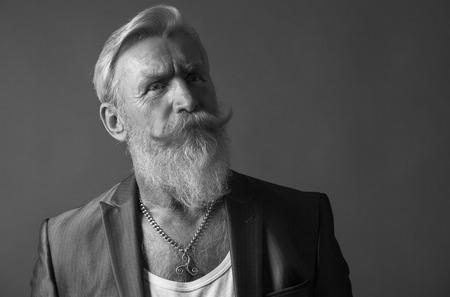 bonhomme blanc: Portrait haute defenition d'un homme �g� cool avec un beard.Picture blanc est noir et blanc.