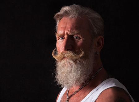 capelli lunghi: Alta defenition ritratto di un uomo anziano fresco con la barba bianca. Archivio Fotografico