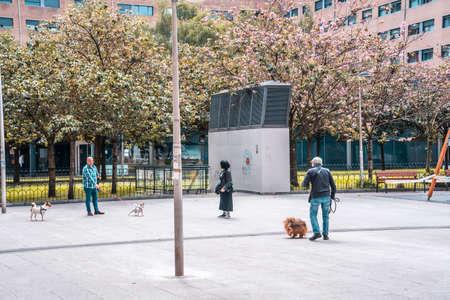 San Sebastian, Gipuzkoa / Spain »; April 30, 2020: Social distance between people walking the dogs 에디토리얼