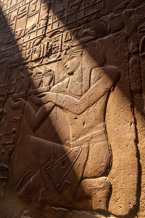 Beautiful natural light on ancient Egyptian drawings inside the Luxor Temple, Egypt 版權商用圖片 - 157570664