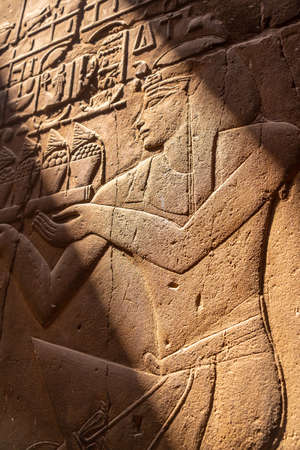 Beautiful natural light on ancient Egyptian drawings inside the Luxor Temple, Egypt 版權商用圖片 - 157570668