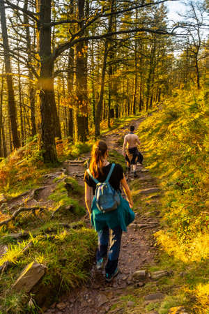 A couple on the trail at sunset of Mount Adarra in the town of Urnieta near San Sebastian, Gipuzkoa. Basque Country 版權商用圖片
