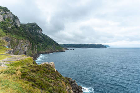 Cliffs next to the Santa Catalina de Lekeitio lighthouse on a cloudy spring morning, with the sea in the background, landscapes of Bizkaia. Basque Country 版權商用圖片