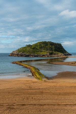 San Nicolas Island at low tide from Isuntza beach in Lekeitioi, landscapes of Bizkaia. Basque Country 版權商用圖片