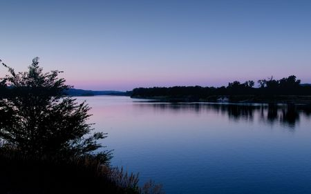 Dawn on the Missouri River from the bald eagle observation park near Fort Randall Dam, South Dakota. Imagens - 2042249