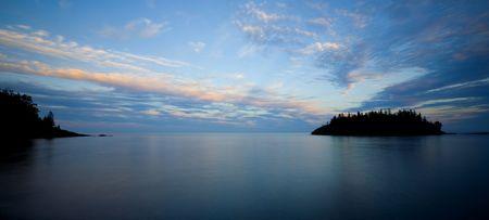 北の海岸の湖目上の人の夕暮れ。