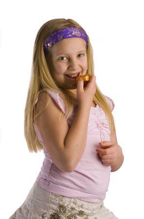少女は彼女の唇にリップ クリーム軟膏を適用します。 写真素材