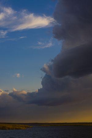 Minnesota, con tormenta eléctrica sobre el lago de arroz salvaje Foto de archivo - 4886259
