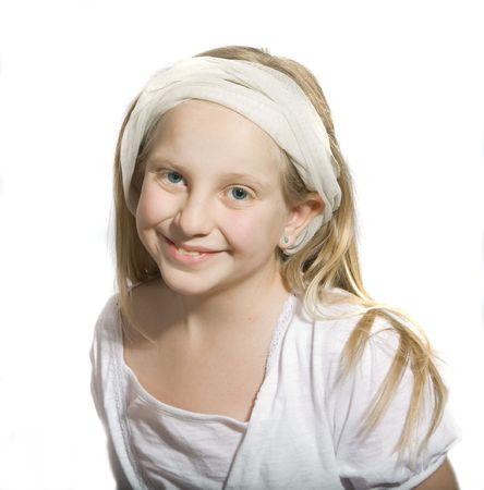 笑みを浮かべて青い目と白い少女