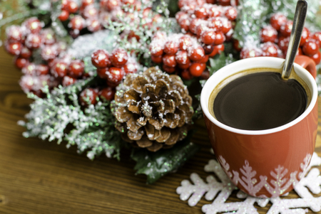 taza cafe: Cup coffee, snowflake and Christmas wreath with pine cones on the wooden background.