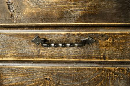 金属製のハンドルと木製の背景。クローズ アップ。