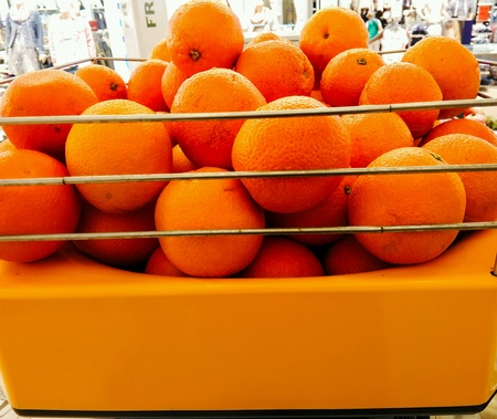 clementine fruit: Oranges in the box.