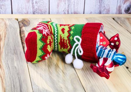 botas de navidad: Sobre la mesa hay una botas de Navidad con regalos. De cerca.