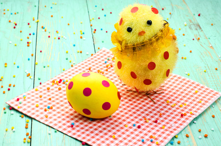 lunares rojos: Easter egg, chick with red polka dots. Close-up.