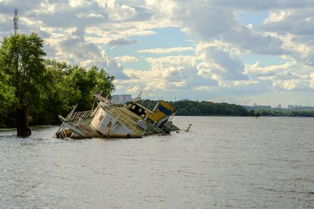 Barco hundido en el río Dnieper en Ucrania cerca de la ciudad de Kiev. Foto de archivo - 81935741