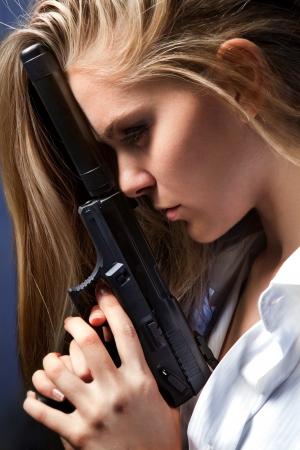 ljuddämparen: flicka med pistol