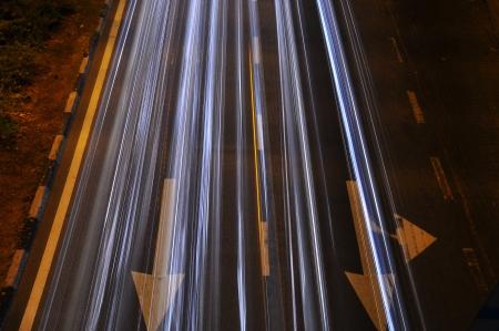 light trail: rastro de luz en la carretera con la flecha