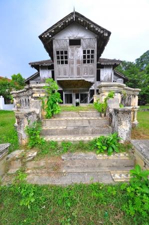 malay village: Casa abandonada de madera tradicional malay
