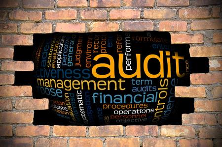 auditoría: Concepto de negocio - Agujero En La Pared de ladrillo Reveal Nube de la palabra de la auditoría y Sus palabras relacionadas. Foto de archivo