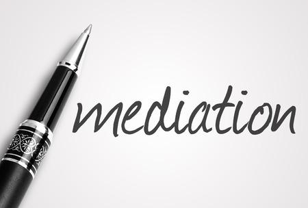 pen schrijft mediation op papier. Stockfoto