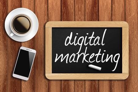 redes de mercadeo: teléfono café y pizarra con las palabras de marketing digital.