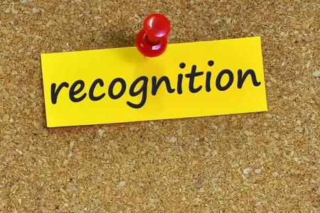 reconocimiento: reconocimiento de palabras en notas de papel con fondo de corcho.