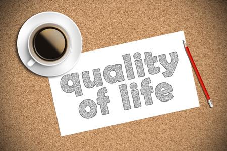 lebensfreude: Kaffee und Bleistiftskizze der Lebensqualit�t auf dem Papier.