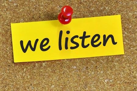 terapia psicologica: escuchamos la palabra en el papel de carta amarillo con fondo de corcho.