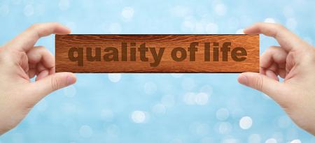 背景のボケ味と生活の質の言葉を刻む木の両手 写真素材 - 48708453