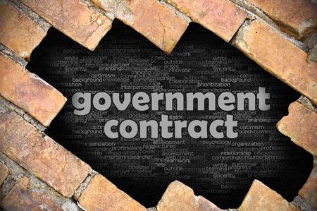 Il buco nel muro di mattoni con contratto di governo parola Archivio Fotografico - 48991083