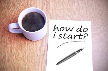 Black coffee on the table with note writing how do i start? Archivio Fotografico
