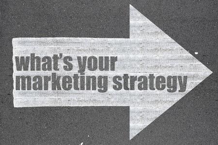 Freccia su strada asfaltata parola scritta qual è la vostra strategia di marketing. Archivio Fotografico - 49720302
