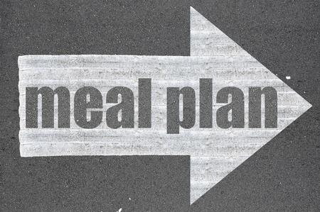 Strzałka na asfaltowej drodze słowo pisane planu posiłków.